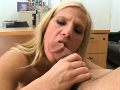 Hawt milf loves widening her legs wide open for sex